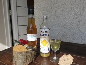 A gauche le vinaigre artisanal de Combucha, à droite la boisson désaltérante acidulée et légèrement pétillante élaborée, elle aussi, à partir du champignon de kombucha